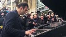 Un inconnu transporte son piano à vélo pour jouer un hymne à la paix devant le Bataclan