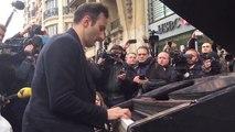 Il joue un hymne à la paix devant le Bataclan