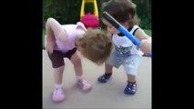 Un enfants vient faire un bisous à sa copine pour la soigner... Trop mignon