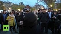 En plein Paris, un musulman à bras ouverts : « Je vous fais confiance, et vous ? Alors faites-moi un câlin»