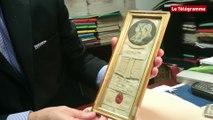 Vannes. Une mèche de cheveux mêlés de Louis XVI et Marie-Antoinette livré au feu des enchères