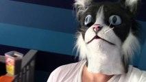Hilarant : il effraye des chats avec... un masque de chat !