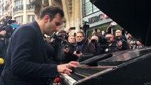 Un pianiste joue Imagine devant le Bataclan