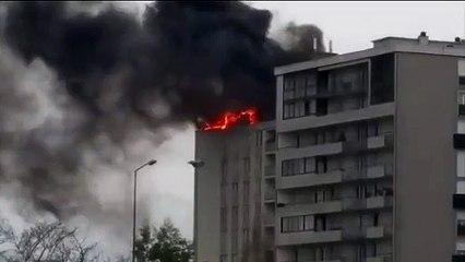Incendie toit immeuble pont de Witry (Reims)