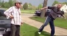 Un vieil homme ivre se bat comme un boss