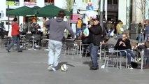 Cristiano Ronaldo joue au foot avec des passants déguisé en SDF
