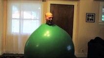 Il danse du son électro dans un ballon vert géant !