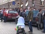 NJE PROTESTUES ANONIM GJURMA QE LA PROTESTA KUNDER ARMEVE KIMIKE SIRIANE LAJM