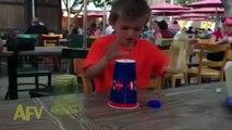 Faire le jeu des gobelets avec des verres transparents... FAIL de gamin!