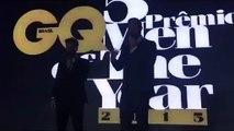 Bruno Gagliasso beija ex namorado de Sabrina Sato em premiação ( João Vicente )