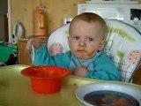 Nathan 14 mois mange tout seul...