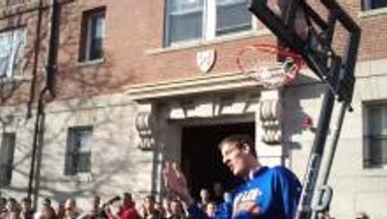 7'8 Globetrotter dunk takes down basket