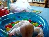 Nathan 13 mois dans sa piscine à boules