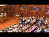 PA KOMENT - Deputetët e opozitës godasin me vezë kryeministrin Isa Mustafa