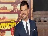 """Exclu Vidéo : Taylor Lautner reste classe malgré un rôle bien grotesque dans """"The Ridiculous 6 """""""