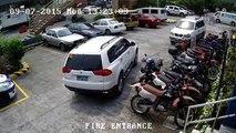 Un conducteur pas doué bousille 3 motos et 2 voitures en essayant de se garer