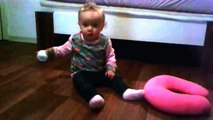 Süßes Baby krabelt über den Boden - sehr süßes Baby - cute baby