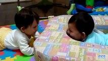 Le jeu de cache-cache. Drôle Twins jouent à cache cache