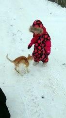 Un chat fait chuter une fillette