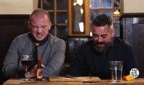 Deux hommes goûtent au Carolina Reaper, le piment le plus fort du monde