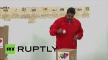 Vénézuéla : Nicolas Maduro en train de voter lors des législatives