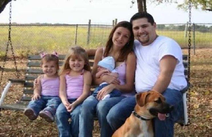 Esta foto de família parece normal, mas está a correr o mundo por ser assustadora!
