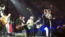 Paris: Les Eagles of Death Metal remontent sur scène avec U2 après le massacre du Bataclan