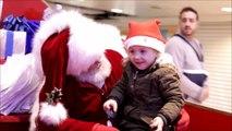 Quand le père Noël parle en langue des signes avec une petite fille. La magie de noël...