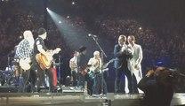 Eagles of Death Metal remonte sur scène à Paris aux côtés de U2