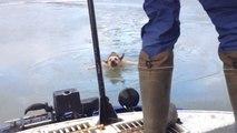 Sauvetage d'un chien coincé dans l'eau gelée de la Volga