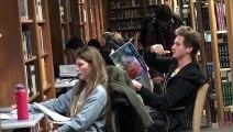 Manger dans une bibliothèque en faisant un peu de bruit