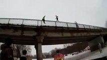 Le saut du pont dans le trou