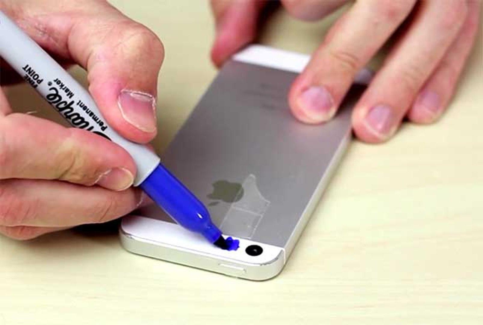 Ele põe fita-cola no telemóvel e pinta de azul… UAU! Não sabia que isto era possível!
