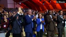 COP21 : l'ovation du Bourget au moment de l'adoption de l'accord