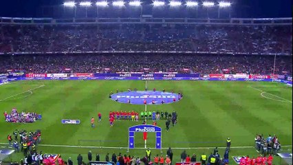Jugadores del Atlético de Madrid y del Athletic Club entrando al terreno de juego[1]