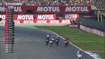 Un pilote de moto termine une course sur les genoux