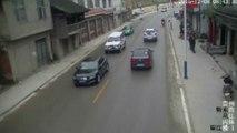 Chine : des automobilistes évitent de justesse l'écroulement de maisons