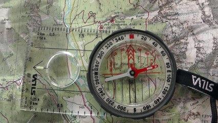 Orienter la carte au nord avec une boussole