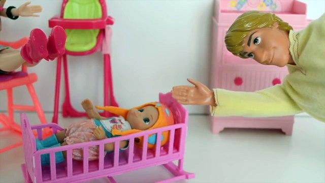 Frozen Anna e Kristoff colocando Bebe Luiza e Gabriel para Dormir!!! Em Portugues Tototoyk