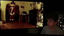 Il installe une caméra dans le salon pour filmer le Père Noël en cachette
