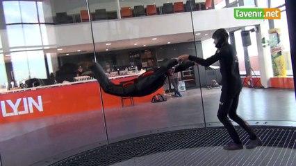 Dans le simulateur de chute libre
