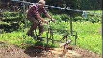 Un homme a modifié un vélo pour couper du bois sur les alpages du Rezliberg, en Suisse.