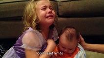 Cette petite fille ne veut pas que son petit frère grandisse.. Il est si mignon!!!