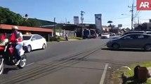 Un taxi coupe la route à un peloton de cycliste. Accident violent en pleine course