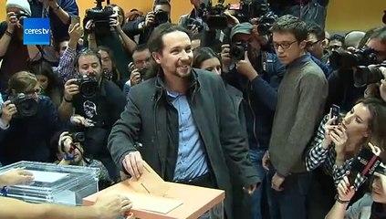 Pablo Iglesias vota en Vallecas visiblemente sonriente