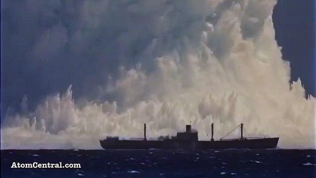 Atom Bombasının Gücü   Hint Okyanusunda yapılan atom bombası denemesi  Yakında duran dev gemi, patlamanın gücü hakkında fikir veriyor