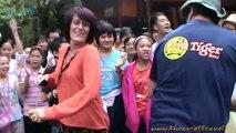 Danse avec les étudiants de l'école  Luong The Vinh Hanoi à Mai Chau | Voyage au Vietnam avec une agence de voyage
