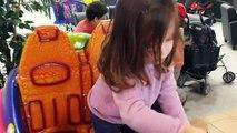 Aire de Jeux pour enfants intérieure des enfants sur le terrain de jeu des jumeaux sur le terrain de jeu