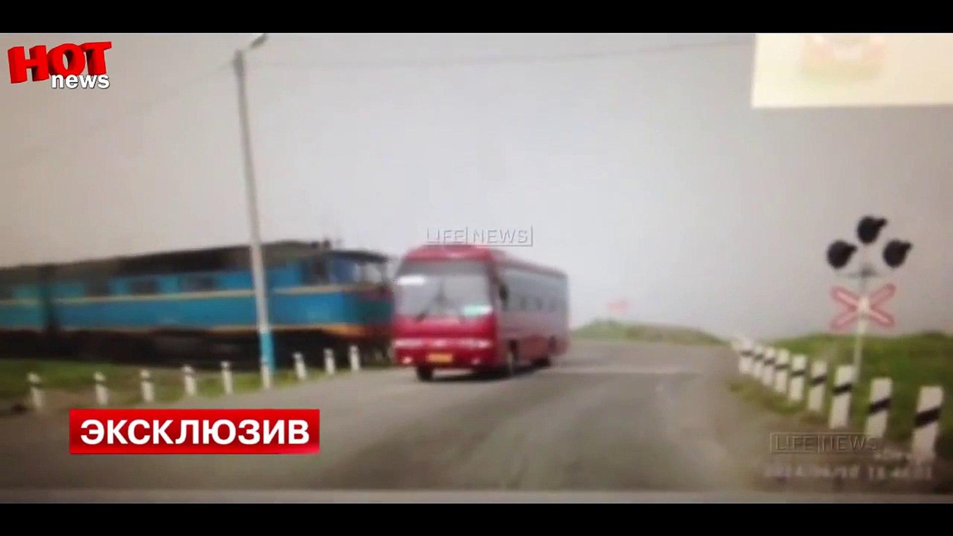 Россия.Жуткая авария на Сахалине!5 трупов,поезд протаранил пассажирский автобус.Видео