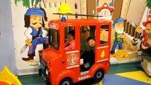 VOITURE ENFANTS EST AMUSANT DANS la cour de jeu damusement en famille film drôle pour les enfants